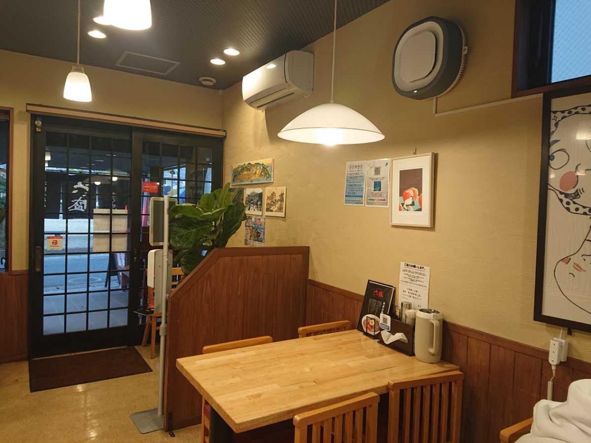 手のべ冷麺専門店 六盛・出入口&テーブル席