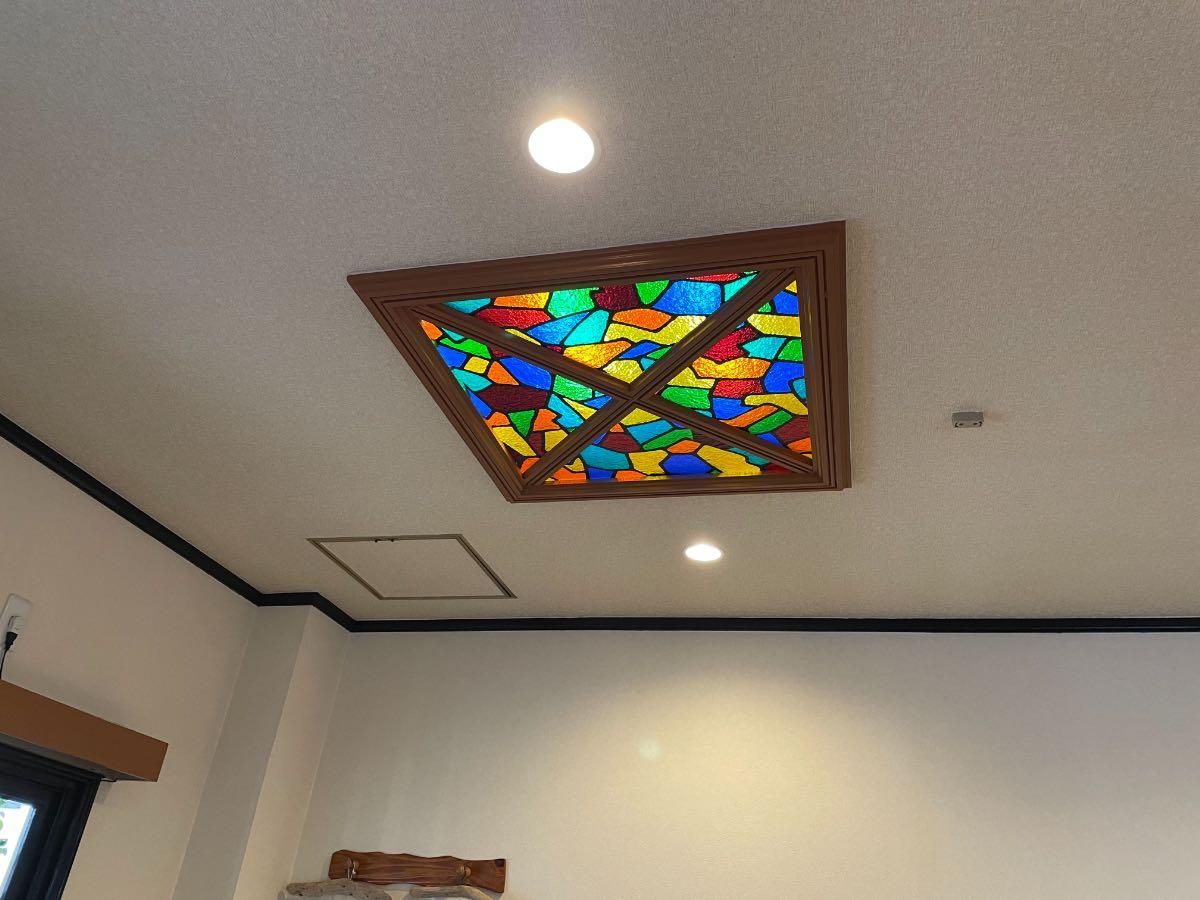 Curry K 天井のステンドグラス