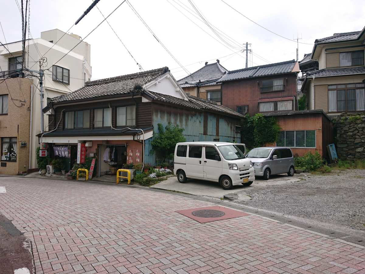 丸和味揚店・店舗北駐車スペース